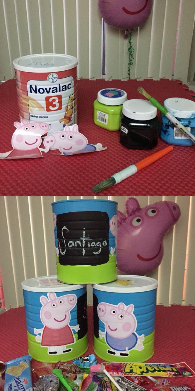 Reciclé las latas de leche de mi bebé para hacer los bolos de su fiesta de 1 año. Con algo de pintura de colores, pintura para pizarrón, calcomanías y claro: dulces! #recicla #latas #fiesta #dulces #bolsitas #bolos #peppa #george