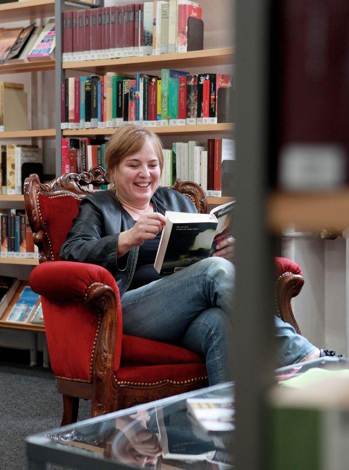 """Jacqueline Amirfallah über sich: """"Ich bin eine echte Leseratte und liebe vor allem skandinavische Krimis.""""  Foto © Patrick Ohligschläger für ARD Buffet Magazin"""