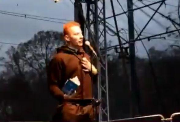 """Lewactwo dostanie szału! Twitterowy Onlinemagazin (ponad 70 tysięcy obserwujących) zamieścił fragment przemówienia Jacka Międlara z Marszu Niepodległości w 2015 roku opatrując go takim wyjaśnieniem: """"W Polsce księża nie zamykają się w kościołach. Wychodzą na ulice i głoszą swoją wiarę, swoje umiłowanie Ojczyzny i miłość do wiernych"""". Po raz kolejny potwierdza się, że medialna nagonka na …"""