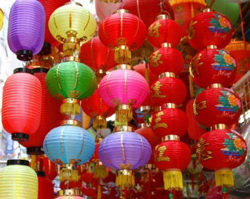 Бумажные фонарики разных цветов являются популярным украшением на Востоке.