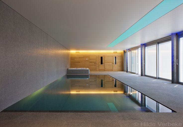 Luxe binnen zwembad, overloopzwembad met gekleurde lichtstraat