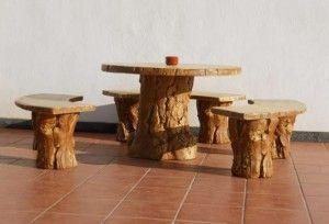 Bancos de madera con troncos