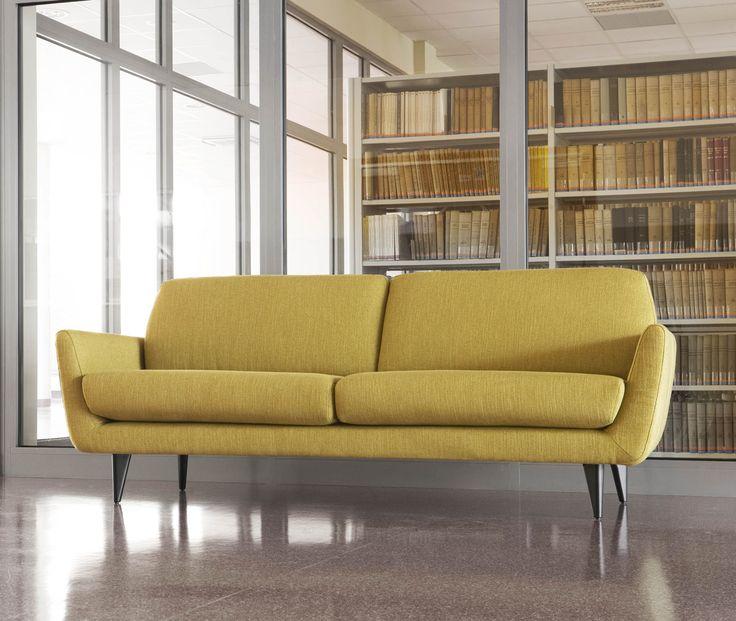 Store| Sits - Handgjorda stoppmöbler i hög kvalitet. RUCOLA är en möbel som är formgiven för mogna användare. Dess bekväma och nätta kuddar skapar en mjuk profil. Sitsen är placerad i rätt höjd och de lagom fasta kuddarna gör soffan unikt bekväm. Benen är vackert formade som ger stöd till ROCULA och lyfter dess stomme till rätt nivå. ROCULA är ett inslag av mogen smak för den som önskar.