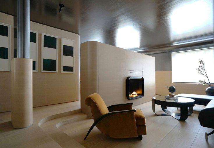 Уникальная квартира с ярким и стильным интерьером на Манхэттене, Нью-Йорк, США, выполнена по проекту агентства Ghiora Aharoni Design Studio. Для создания современного и комфортного пространства обычная однокомнатная квартира была визуально увеличена. Для этого были снесены внутренние стены, а функциональные зоны разделены мебелью, которая изготовлена по индивидуальному заказу. Полы и нижние части стен отделаны изогнутыми дубовыми панелями, потолок и верхняя часть стен – металлическими…