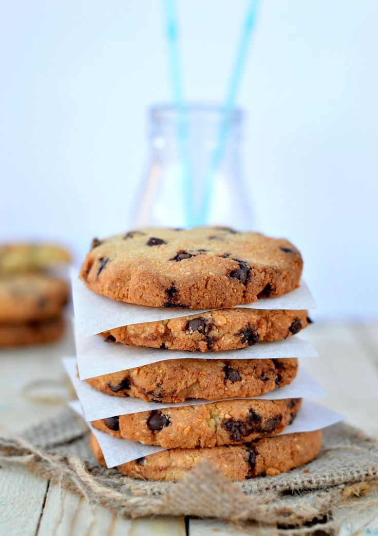 Those Healthy Chocolate Chips Cookies are grain free chocolate chips cookies made with cashew nuts, coconut chips and coconut flour. Paleo cookies too!