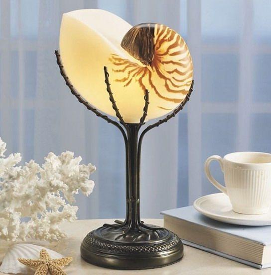 Светильник из большой спиральной раковины и веточка коралла для интерьера в морском стиле