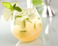 Cocktail sans alcool au thé et jus de pomme : http://www.cuisineaz.com/recettes/cocktail-sans-alcool-au-the-et-jus-de-pomme-81990.aspx