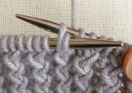 How to Make Zigzag Knitting Model? If you want to weave a weft, let's start by stapling the bottle 46. Run the first thread in reverse. Spend the other side of