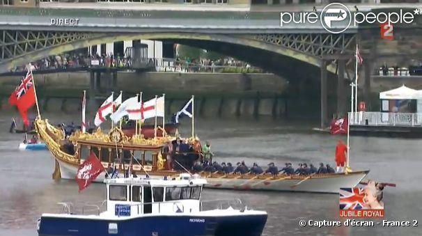 bateau mouche reine elizabeth II | Le Gloriana, bateau qui ouvre la parade devant la Barge Royale, à l ...