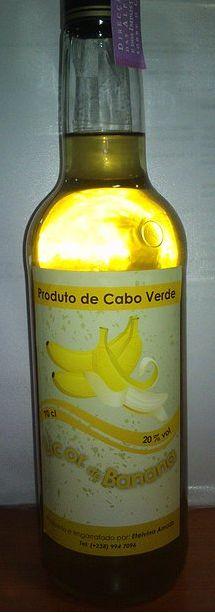 LICOR DE BANANA  Ingredientes:  500g de banana; 500g de açúcar; 1 l de aguardente; 1 l de água; 2 paus de canela; 4 cravinhos  Preparação:  coloque as bananas esmagadas em aguardente, com canela e os cravinhos num recipiente de vidro e deixe repousar durante dez dias. Faça um xarope com água e açúcar e quando estiver frio junte ao preparado anterior. Deixe descansar, passe por um coador e engarrafe