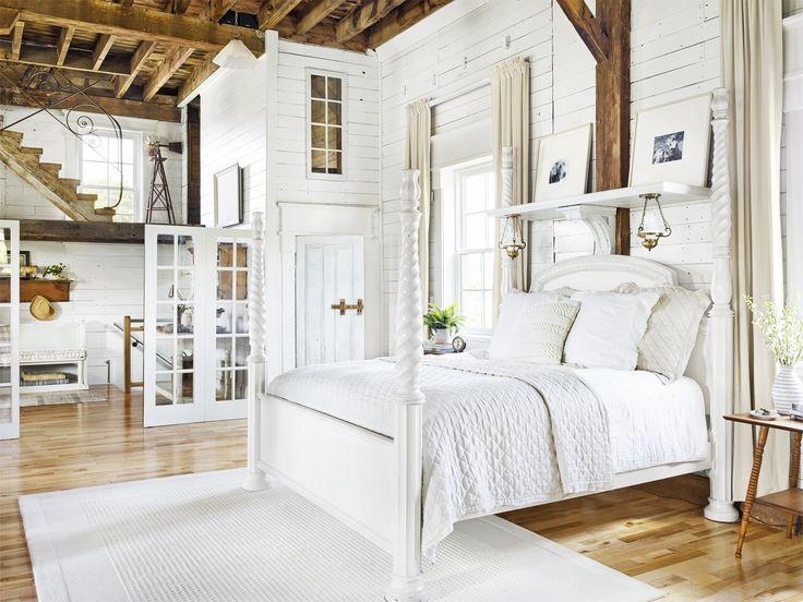 спальня кровать изголовье перегородка высокий потолок балки дерево