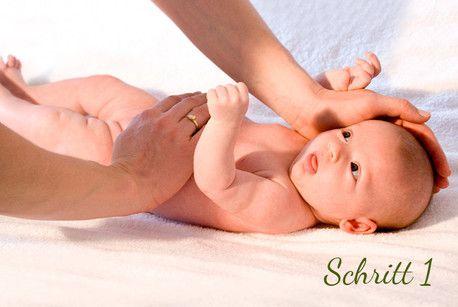"""Wenn Dein Baby häufig unter Blähungen leidet, kannst Du ihm mit einer beruhigenden Babymassage helfen und die Bauchschmerzen und Blähungen """"wegstreichen"""". In unserer Fotostrecke zur Babymassage gegen Blähungen erfährst Du, wie das geht."""
