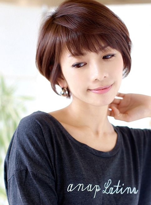 『吉瀬美智子』さん風のショートです。顔まわりに小顔ラインがあることにより、どんな顔型でも似合わしやすいスタイルです。ショートやボブにする事は不安な事ばかりですが、どんな骨格でもくせでも似合わせます。