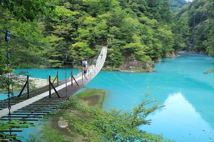 橋の真ん中で願い事をしてみましょう。 恋の願いが叶うかも…。