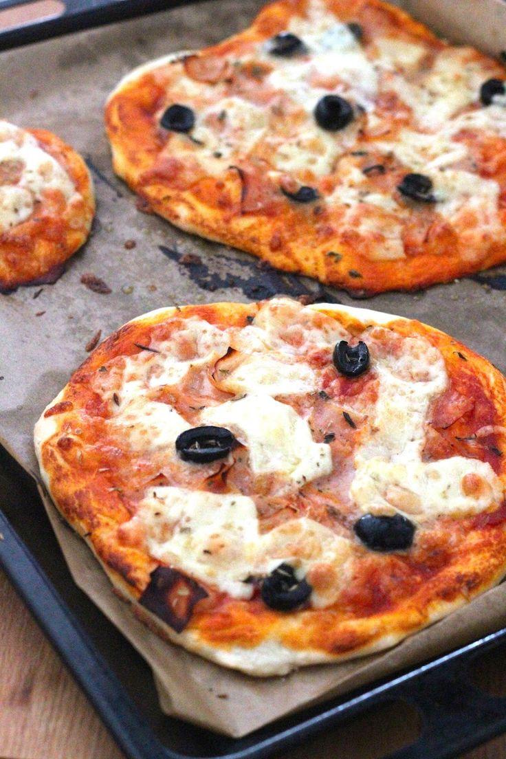 Pizzas Rápidas de Queijo e Fiambre - http://gostinhos.com/pizzas-rapidas-de-queijo-e-fiambre/