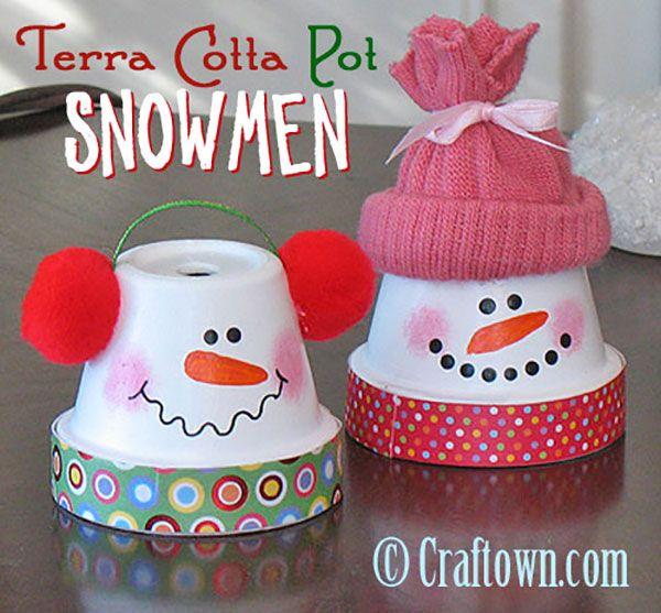 Pupazzi di neve con vasetti di terracotta
