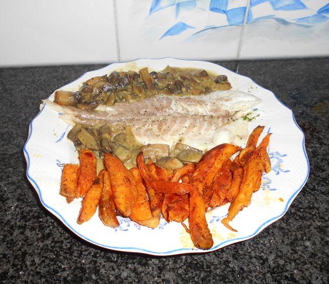 Gebakken, zoete aardappelen met vis in papillot en champignons 1
