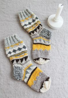 Tässäpä sukat jotka kannatti tehdä valmiiksi vaikka aikansa ne ottivat! Aloitin sukat viime kesänä autoneuleena matkalla Iisalmeen ja...