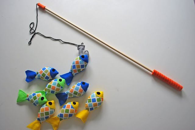Felt Fishing Set Tutorial You will need:  fishing set pattern click on picture below felt in several colors for fish scrap of coordinating fabric for scales, I used a fat quarter black velcro 2 sheets of felt for fishing rod gray felt for hook dowel mine was 3 ft long 4 ft of black yarn  coordinating thread poly fill