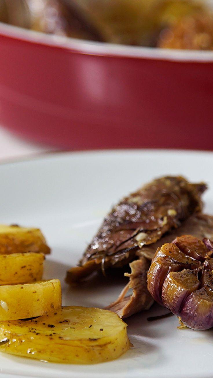 Que tal preparar essa paleta de cordeiro assada para a sua família? A carne fica super saborosa e desmancha na boca!