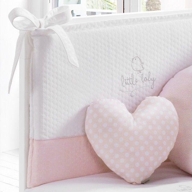 Cocha para cuna de la colección Piu Piu de la prestigiosa marca de textiles Petitpraia. Incluye protector chichonera para proteger al bebé de los barrotes de la cuna. La colcha dispone de relleno desenfundable para que el bebé esté abrigado. El protector también trae relleno desenfundable. Realizado en 100% algodón. Disponible para cuna de 60x120cm y para cuna de 70x140cm. Disponibles más productos de la colección haciendo click en Ver toda la colección.