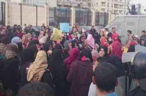 مصر.. المطلقات يطالبن السيسي بـشقق سكنية (صور)