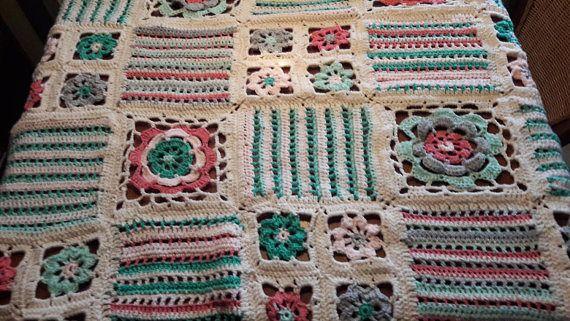 Deze hand gehaakte deken heeft een afmeting van: 162 x 108 cm en is licht van gewicht. Gehaakt in Granny Squares en in kleuren die het een Shabby Chic uitstraling geven.