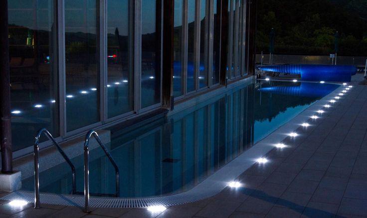 Il bordo di una piscina illuminato con faretti led a - Strisce led per bordo piscina ...