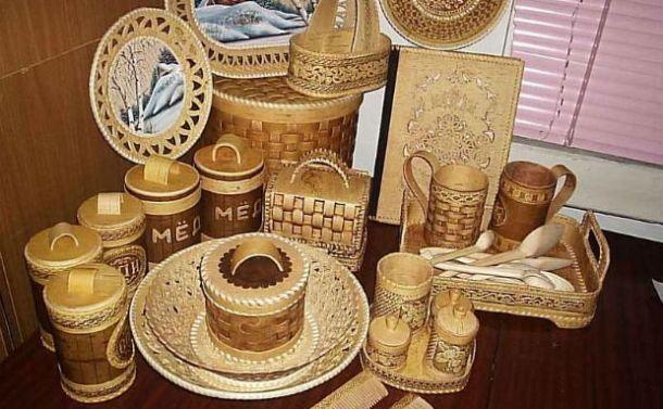 Коробочки, шкатулочки, лукошечки и прочие изделия из бересты.