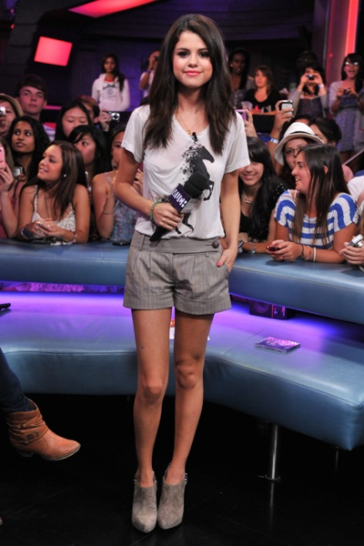 selena gomez gorgeous in the simplest outfit