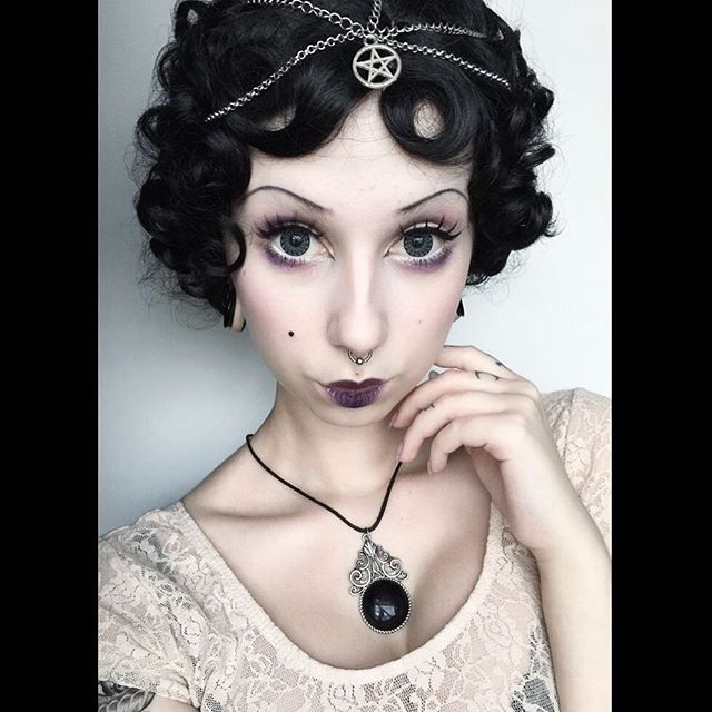 WEBSTA @ lady_cube - Got some 30's vibes from the wig and did a look inspired by that era 💋 wig from @annabelles_wigs ! Head jewelry from eBay, necklace from H
