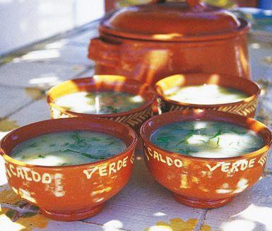 Caldo verde är en god och mjuk soppa på råvaror som potatis, lök och grönkål. Soppan blir färdigställd på cirka 45 minuter och dess lena smak kommer att uppskattas av dina middagsgäster.