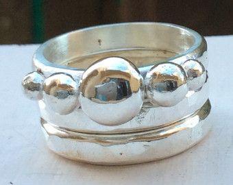 Este conjunto de anillo de plata esterlina incluye dos anillos apilables, cuenta con un anillo tres piedras de plata esterlina sólida y la otra es una banda llano ligeramente martillada.  También está disponible con dos bandas lisos martillados, https://www.etsy.com/au/listing/477636791/freeship-sterling-silver-boho-rings?ref=shop_home_active_1 o comprar la banda característica por separado,  https://www.etsy.com/au/listing/477635023/freeshipping-shiny-silver-ring-100?ref=shop_home_active_1…