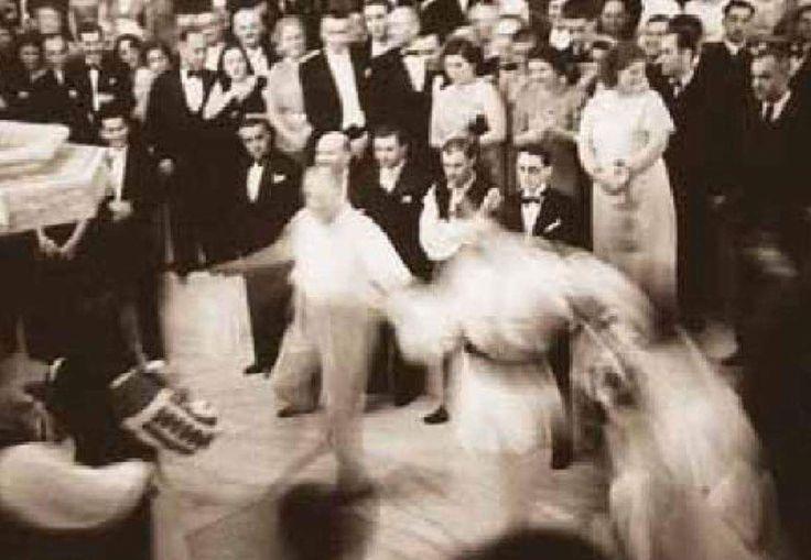 """Bir Türk çocuğa da şu notu yazdırıp okuttu: - """"Bir ulus çok şeyde devrim yapabilir ve bunların hepsinde de başarı kazanabilir. Fakat müzik devrimidir ki ulusun yüksek gelişiminin belgesidir."""" Festivalde Artvin halkoyunları ekibi birinci oldu. Artvin barı oynanırken Atatürk'ün bar başı olarak oyuna katılmasından sonra bu oyun """"Atabarı"""" olarak anılmaya başladı. Atatürk bu festivalde zeybek ekibine de eşlik etti. Beylerbeyi Sarayı'nda Düzenlenen Balkan Ülkeleri Halk Oyunları Festivali'nde…"""