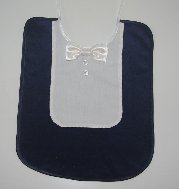 Een slabbetje in smoking model. Deze is donker blauw met ivoor  kleurig overhemdstukje en strikje. Wasbaar op 30 graden. De slabbetjes kunnen ook in een  andere kleur worden gemaakt. Of met een andere kleur strik. Baby, slabje, slabbetje, bruidsjonker, bruidsjonkertje.