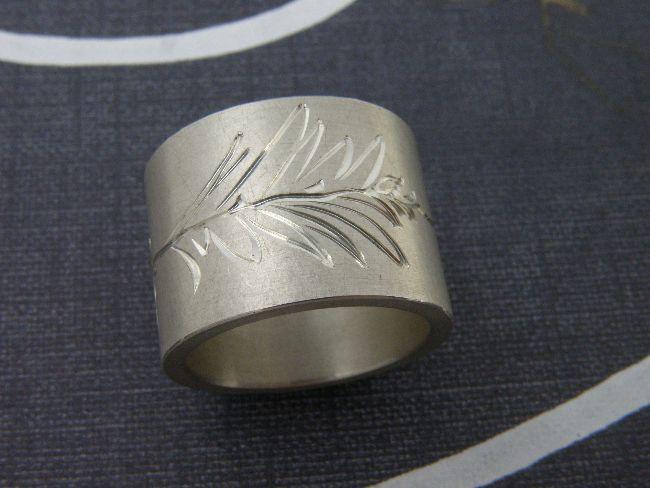 * ringen | oogst-sieraden * Ring * Brede zilveren band met handgravure bladerenmotief * 270 euro * Unicum *