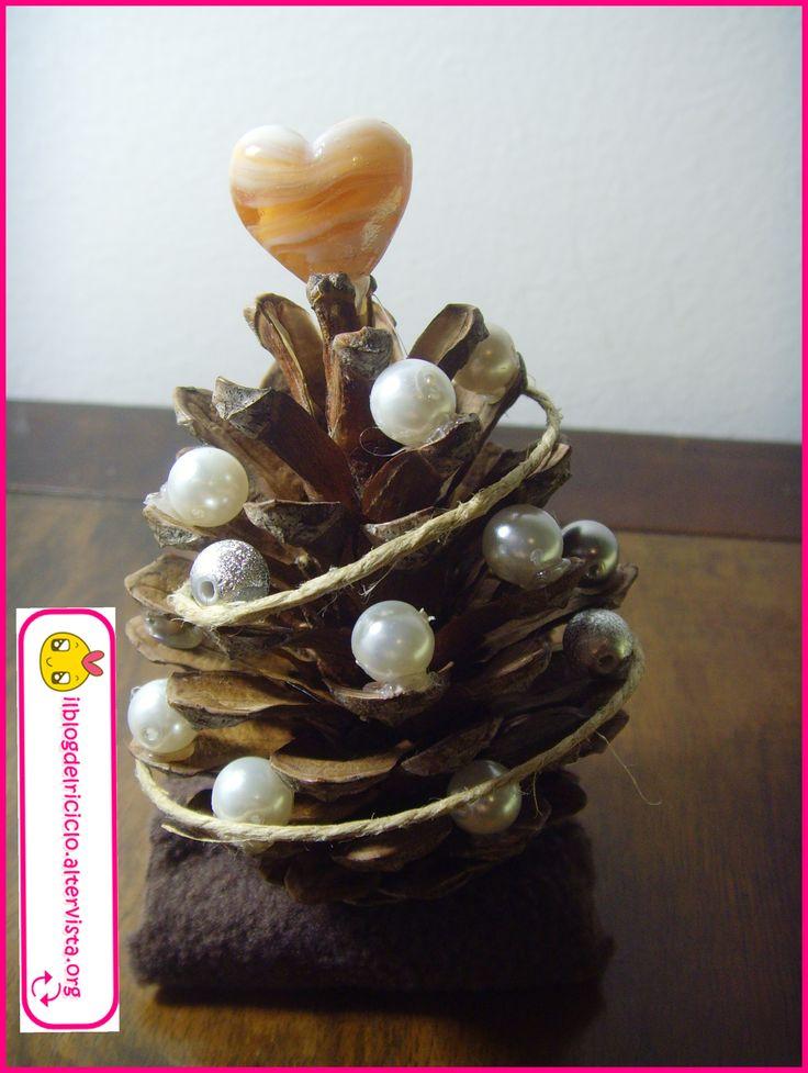 Il Segnaposto albero di Pigna è un altra decorazione natalizia semplice da realizzare, molto versatile che potrete utilizzare in vari modi!
