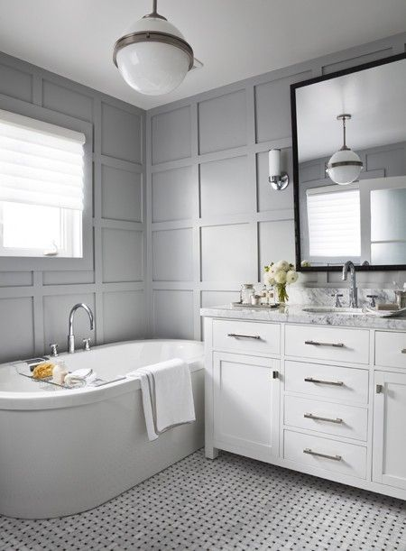 Salle de bain aux murs lambrissés   Maison & Demeure