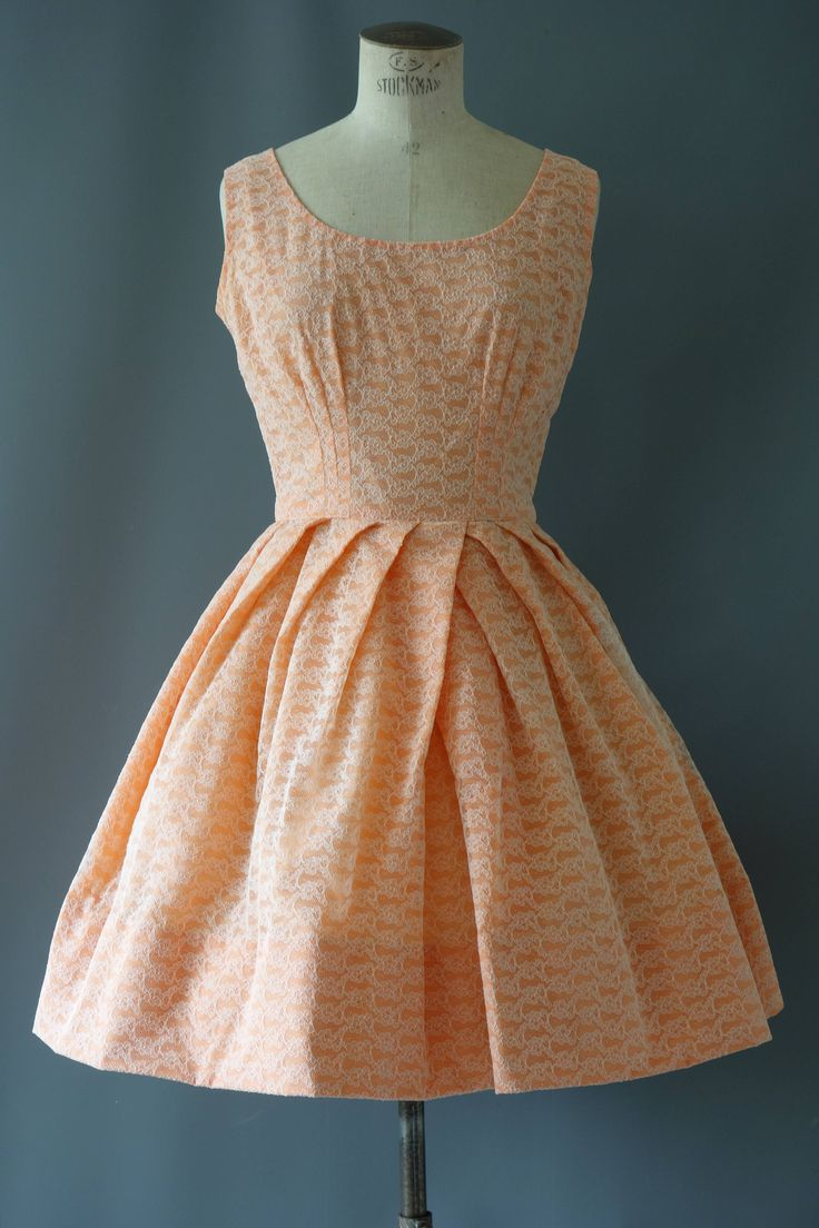 | Vintage 1960s full lace dress. Voorzien van een deliacte witte lace op een perzik achtergrond. Mouwloos ingerichte bovenlijfje met ronde hals en knie lengte volledige rok. Krankzinnig vastnaaien detail over de rok, net zoals bloemblaadjes. De jurk sluit met een rits bak. Uitstekende vintage staat.  ✄... m e een zijt e s s Tag:-handsewn gemaakt:- lezen van grootte:- geschatte: kleine stof: lace, polyester  borst: 94cm | 37 Taille: 66-68cm | 26-27 Hip: openen lengte: 89cm | 35  | Vind meer…