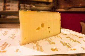 Fontina è Valle d'Aosta. La Fontina DOP è un formaggio a Denominazione d'Origine Protetta dal profumo di latte, dal sapore dolce e dalla pasta morbida e fondente in bocca. Confezione sottovuoto 300gr