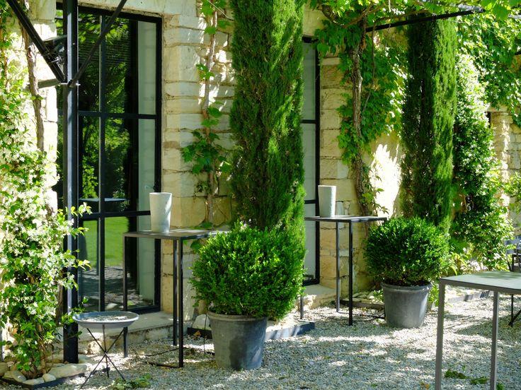 Notre bâtisse est entièrement construite avec de larges baies vitrées laissant entrer le doux soleil de la Provence.
