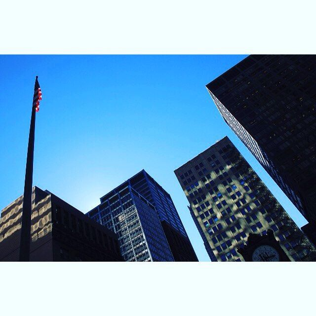 Lichtspiele und Flagge in Chicago. Das nächste Foto vom wieder von @francy_knipst.  Reflections and flag in Chicago. @francy_knipst will post the next picture.  #Chicago #skyline #Illinois #flashback #travelus2011 #travel #traveldiaries #travelgram #igtravel #travelphotography #tweetme #latergram