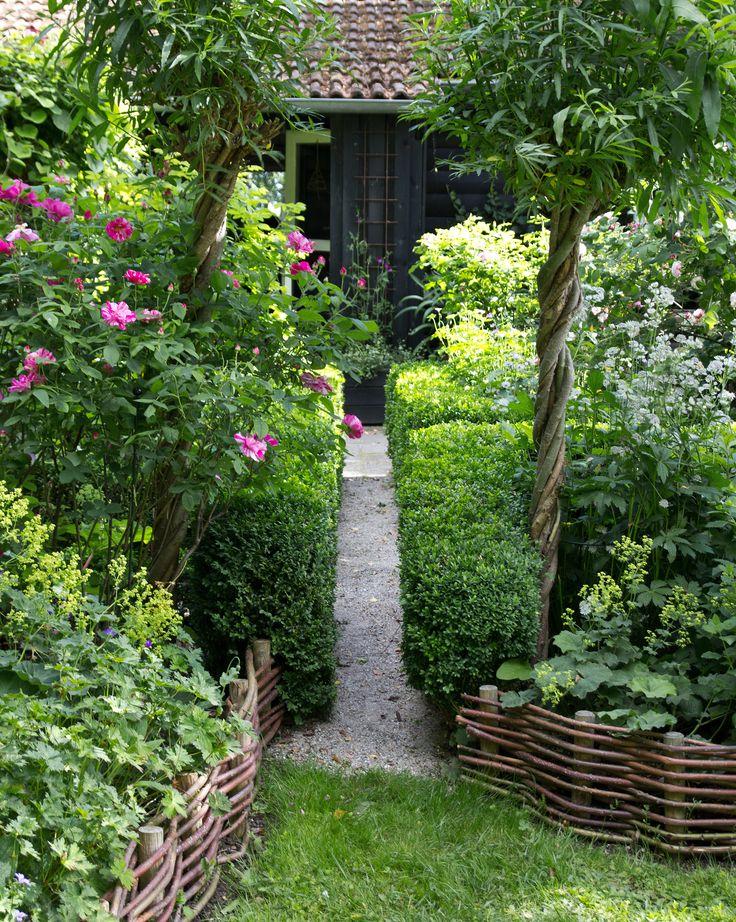 Pil fås i mange farver, der falder smukt og naturligt ind mellem planter og træer i haven både sommer og vinter. Vi har besøgt Lisbet Kaare, som selv dyrker pil og forvandler den til alverdens dekorative elementer. Her får du hendes tips!