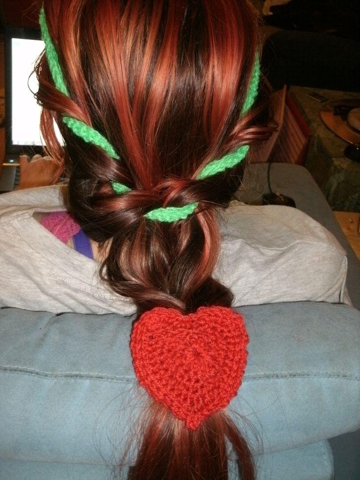 Gedraaide vlecht met groen gehaakt bandje en een rood gehaakt hart...