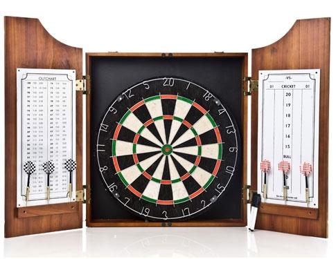 Dette er et stort dartspill i flott utførelse. Kabinettet er i lyst tre og spillet tar seg godt ut på veggen.
