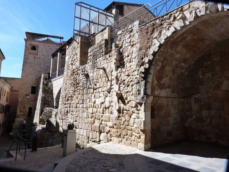 En la antigua Iglesia de San Ciprián o San Cebrián conocida como la Cueva de Salamanca, Tan solo quedan algunos restos,como podeis comprobar. su importancia que durante la edad media se ubicaba la escuela de nigromancia. Cuenta la leyenda que aquí impartia...
