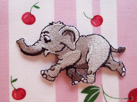 フランス ゾウのアップリケ グレーです。目がくりくりした淡いグレー色のぞうさんのワッペン。ゾウのアップリケをおさがしのかた、フランスのアップリケがお好きな方に...|ハンドメイド、手作り、手仕事品の通販・販売・購入ならCreema。