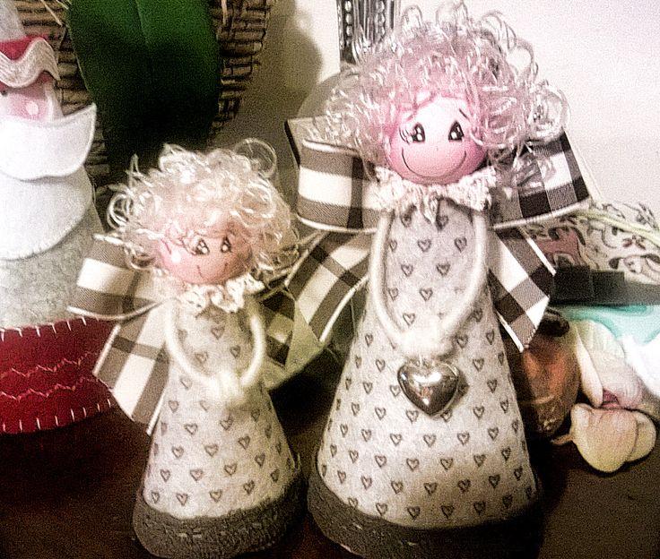 Angeli di feltro e pannolenci fatti a mano.Per altre foto andate sulla pagina facebook:      Le mille idee di Emanuela