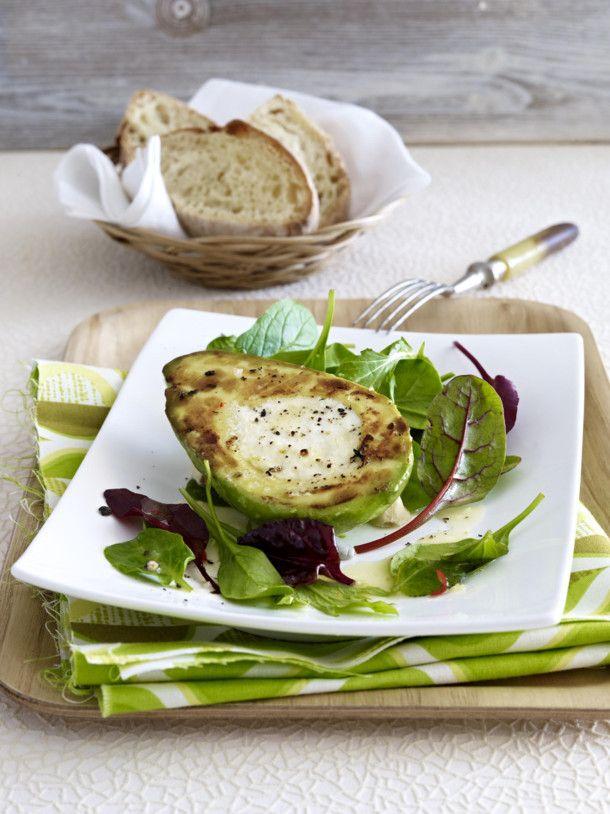 Unser beliebtes Rezept für Gefüllte gebratene Avocado mit Ziegenfrischkäse und mehr als 55.000 weitere kostenlose Rezepte auf LECKER.de.