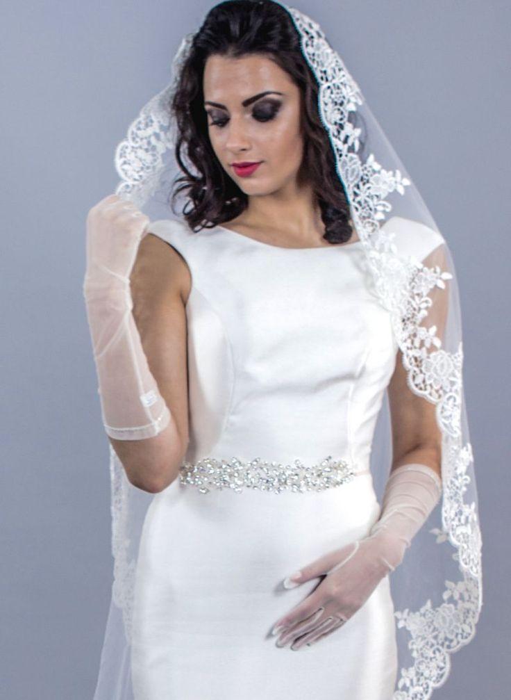 Ti-ar placea sa porti la propria nunta niste accesorii elegante care sa iti puna in valoare mainile?   Poti sa alegi manusi mireasa lungi pana la cot cu design simplu, decorate cu margelute delicate.   Manusile ivory transparente iti lasa manichiura la vedere si iti acopera o...